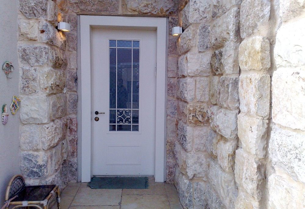 דלת כניסה איכותית שלא פוגעת בעיצוב הכניסה לבית