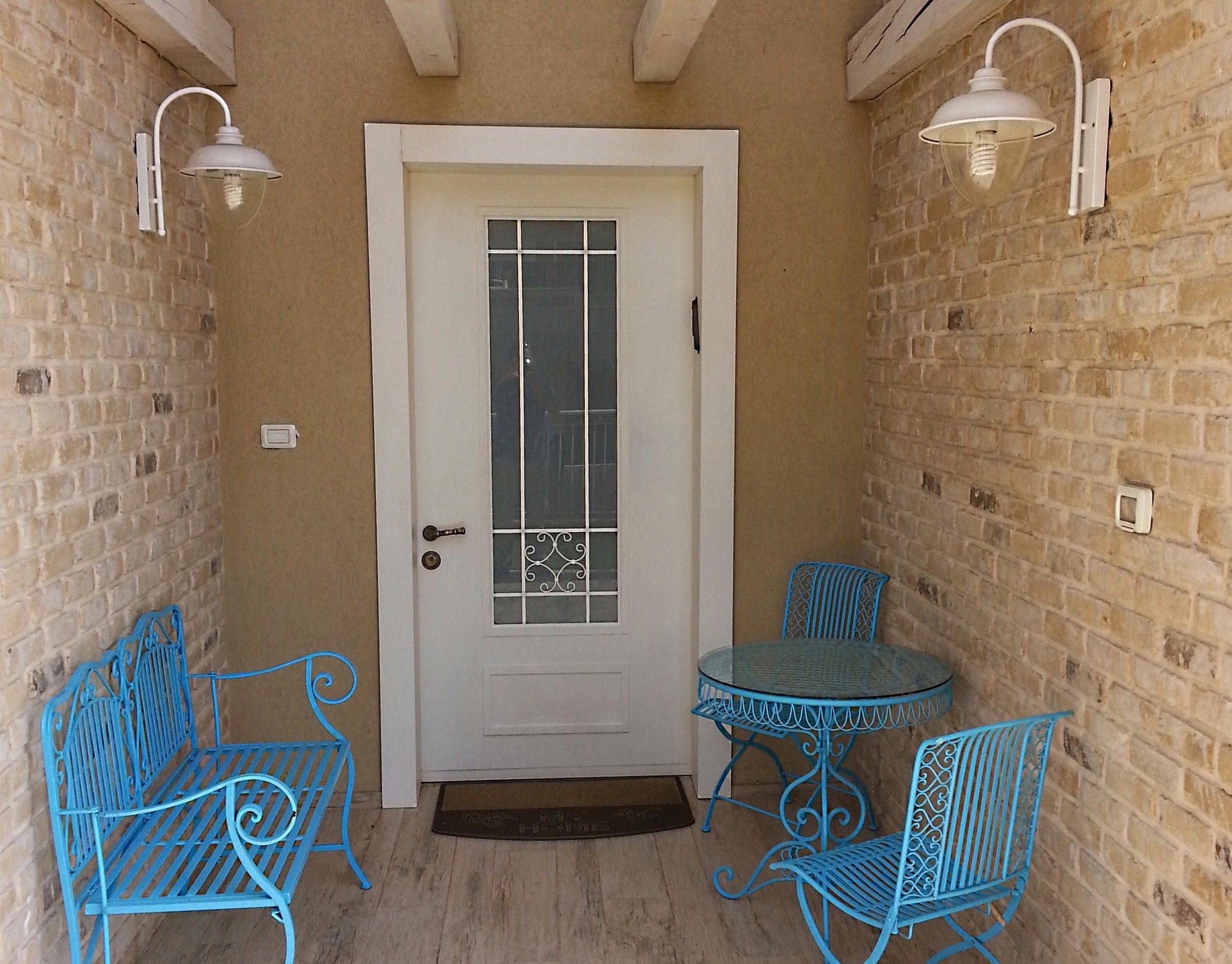 היופי הוא בפשטות. דלת כניסה מבית וריאציה