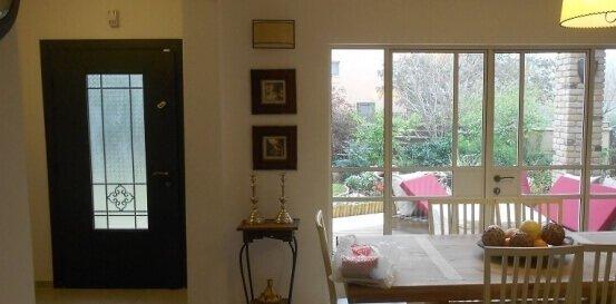 דלתות כניסה מבט מתוך הבית