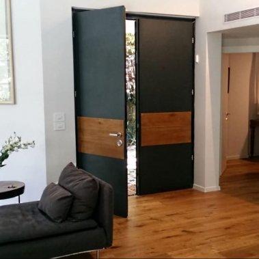 דלת קו אפב שילוב עץ מבט פנים הבית